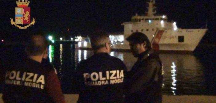 """Pozzallo, migranti-choc: """"Scafisti libici staccano motori e fuggono su moto d'acqua"""". Almeno 80 morti"""